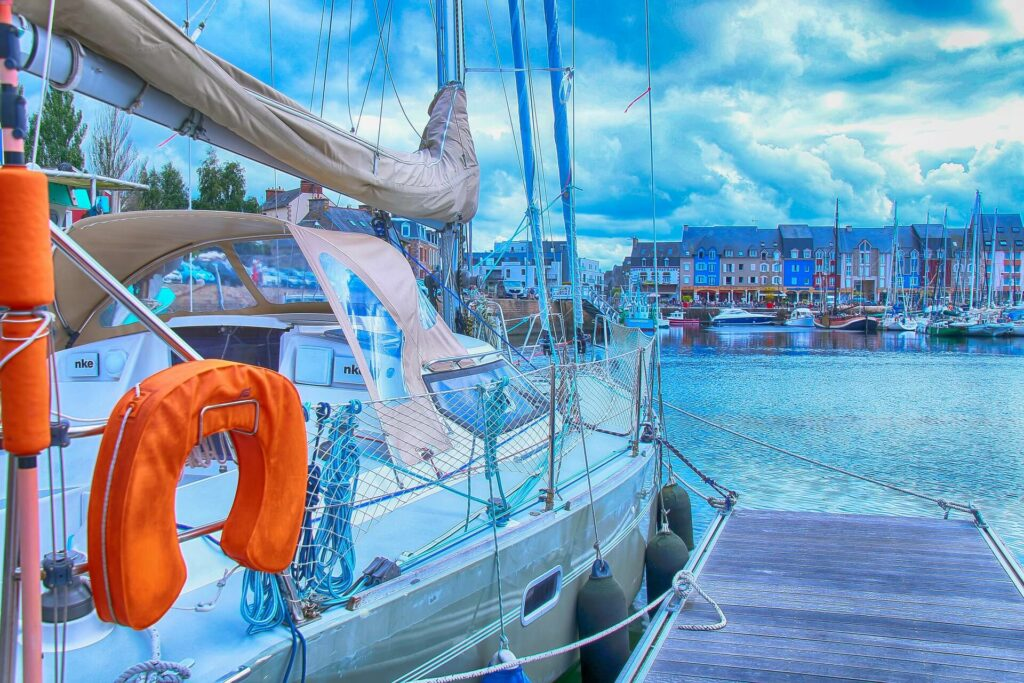 Sailboat emergency rescue equipment